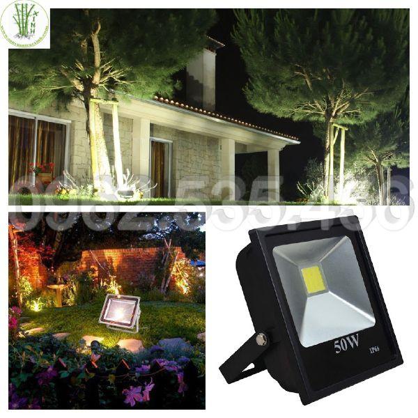 Sử dụng đèn pha trang trí sân vườn
