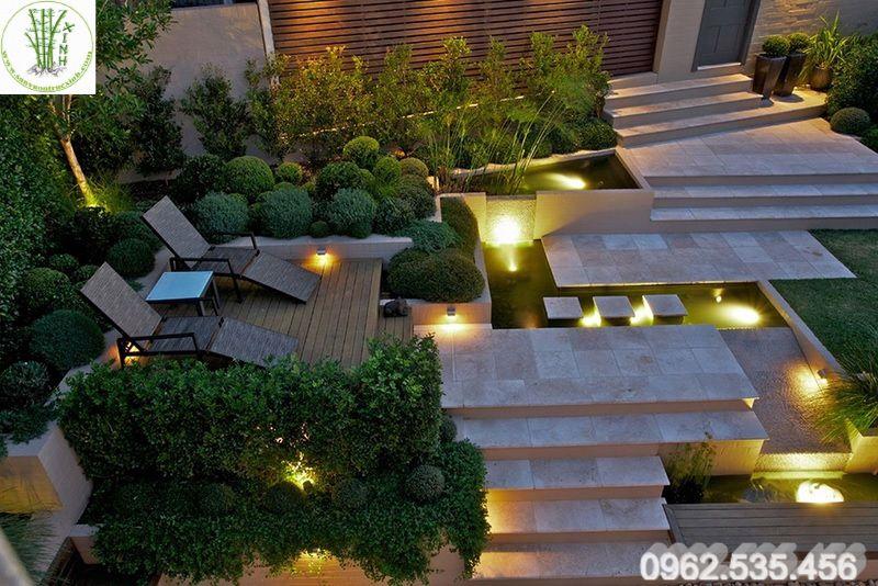 Thiết kế sân vườn với đèn trang trí
