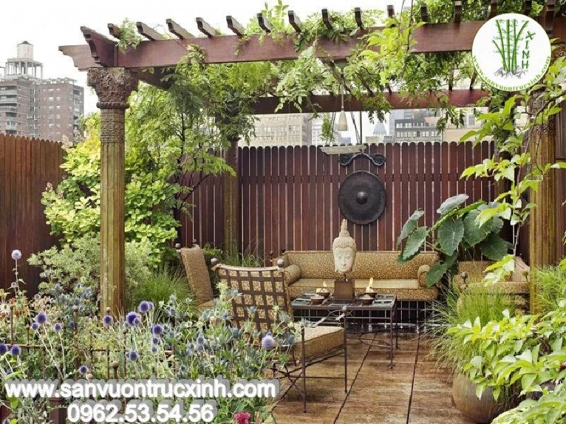 Sân vườn nhỏ với giàn hoa lãng mạn